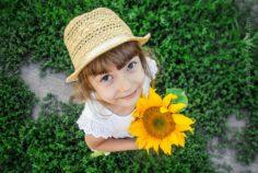 Kind in der Kita mit Blume Gärtner oder Bildhauer? Welches pädagogische Konzept passt zu Euch?